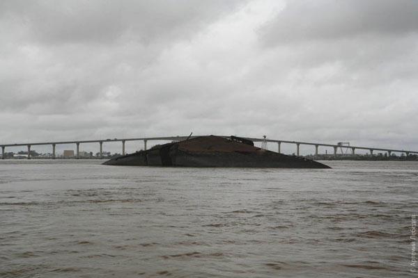 Затопленный корабль и новый мост, Парамарибо / Фото из Суринама