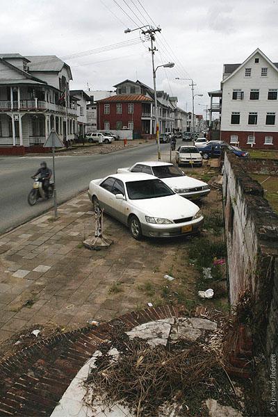 Крыльцо разрушенного дома в Парамарибо / Фото из Суринама