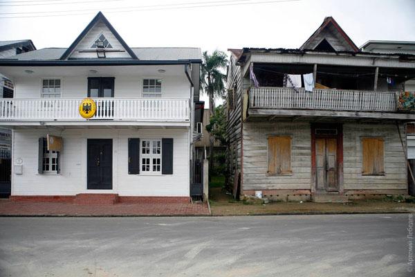 """Два """"одинаковых"""" дома, Парамарибо / Фото из Суринама"""