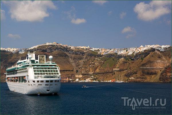 Круизный лайнер в кальдере / Фото из Греции