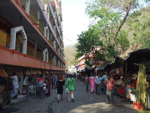 Улица в Ришикеше, район Лакшман-джула / Фото из Индии