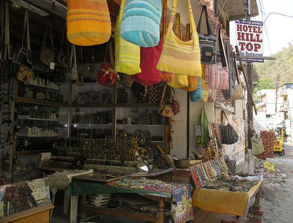 Торговый ряд в Ришикеше / Фото из Индии