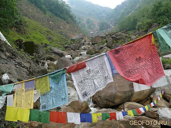 Хатаги – молитвенные флаги – оптимистично развеваются по всему Бутану / Фото из Бутана