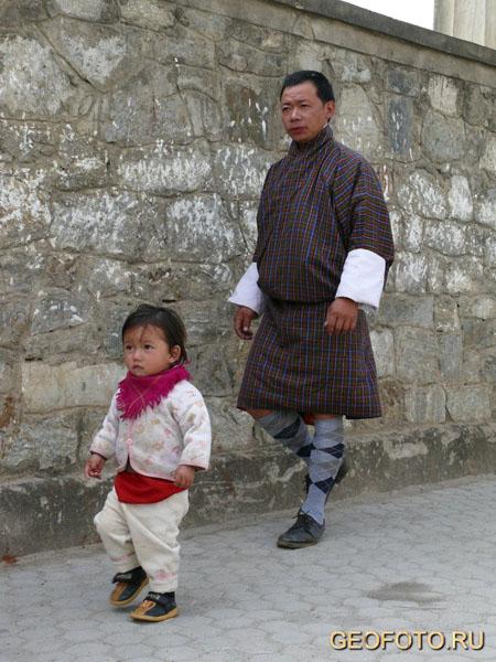 Все бутанцы обязаны носить национальную традиционную одежду / Фото из Бутана