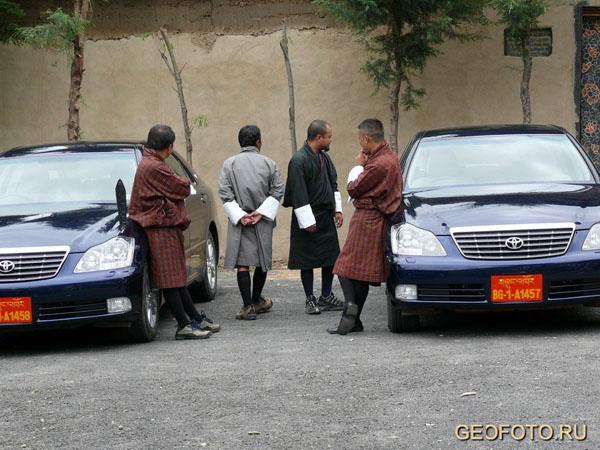 Еще в 1960-х годах здесь ездили в основном на мулах / Фото из Бутана