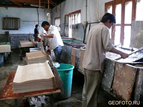 Основной этап – раскладка бумажной массы по листам / Фото из Бутана