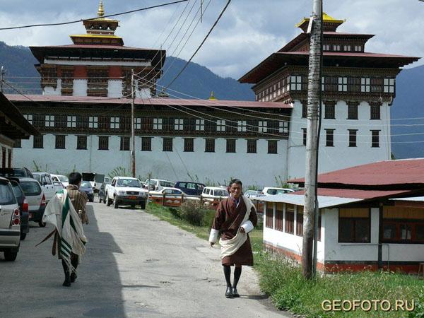 У стен Ташичудзонга в Тхимпху расположился административный квартал / Фото из Бутана