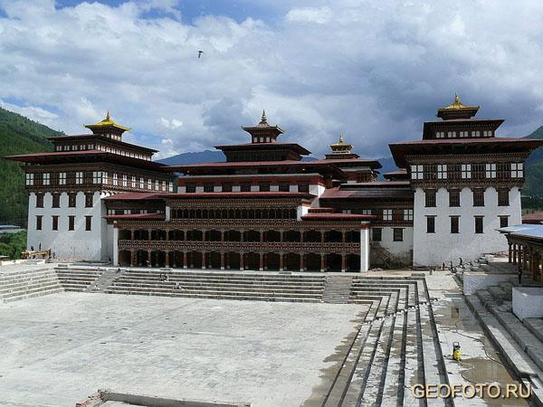 Ташичудзонг готовится к инаугурации молодого короля – ремонтные работы идут вовсю! / Фото из Бутана