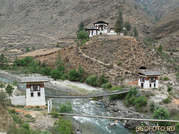 Храм Тамчхог-Лакханг на дороге в Паро был основан тибетским ламой  / Фото из Бутана