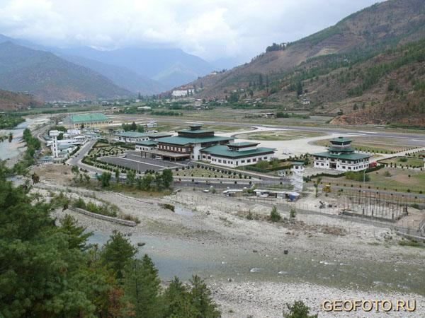 Единственный международный аэропорт в Бутане построен не в столице, а в просторной долине Паро / Фото из Бутана