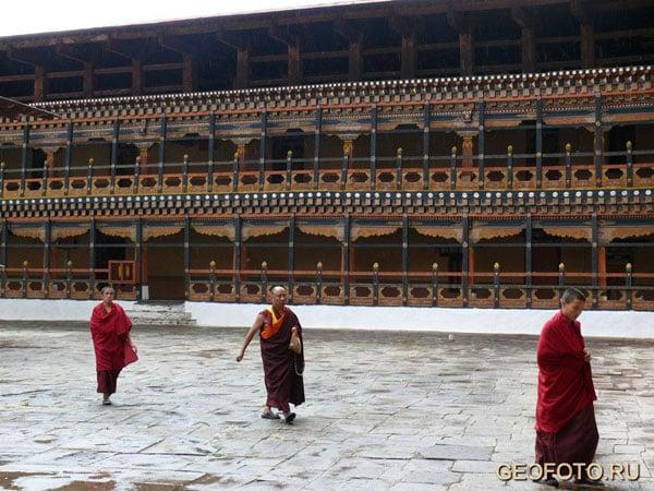 Монахи твердо идут по пути гуру Римпоче / Фото из Бутана
