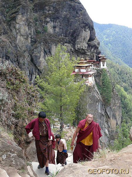 Паломники возвращаются из Таксанга / Фото из Бутана
