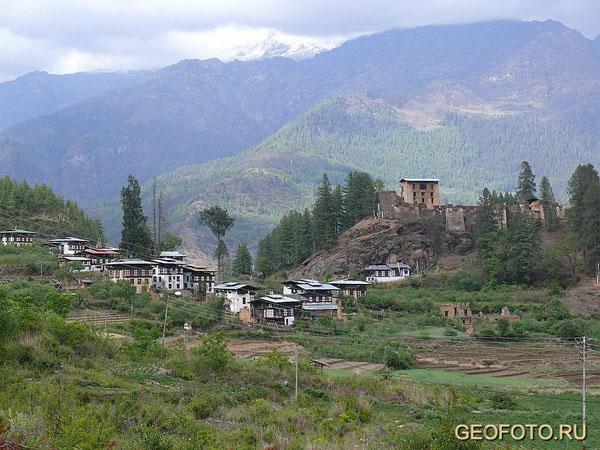 Окраина Паро, справа – руины дзонга Друкгъель / Фото из Бутана