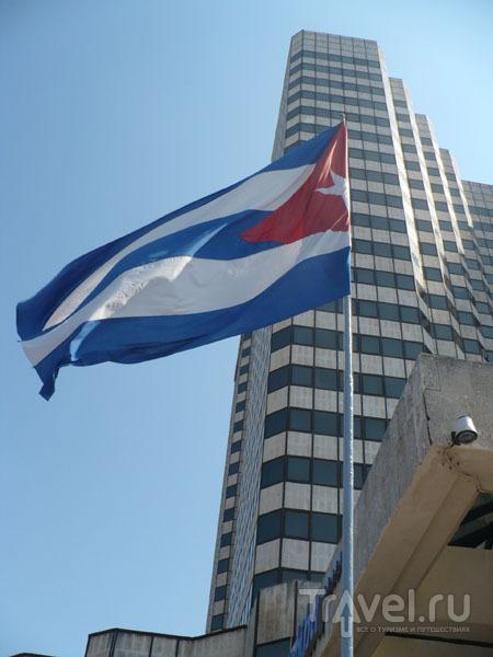Кубинский стяг перед отелем / Фото с Кубы