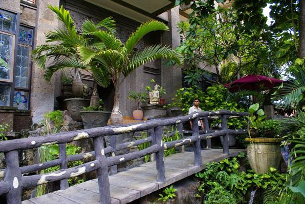 Мостик у входа в отель Vilarisi, Бали / Фото из Малайзии