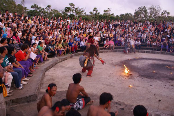 Танец кечак у храма Улу-Вату / Фото из Малайзии