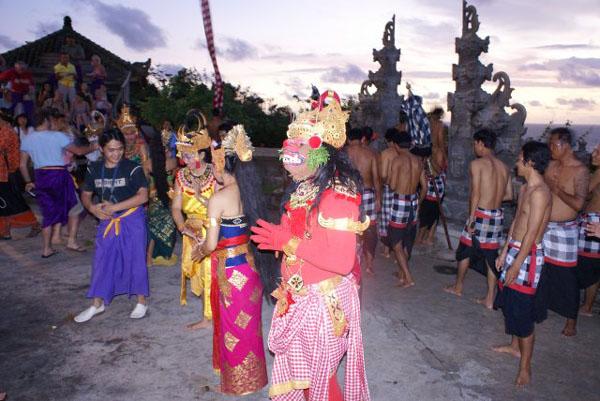 Актеры после представления в храме Улу-Вату, Бали / Фото из Малайзии