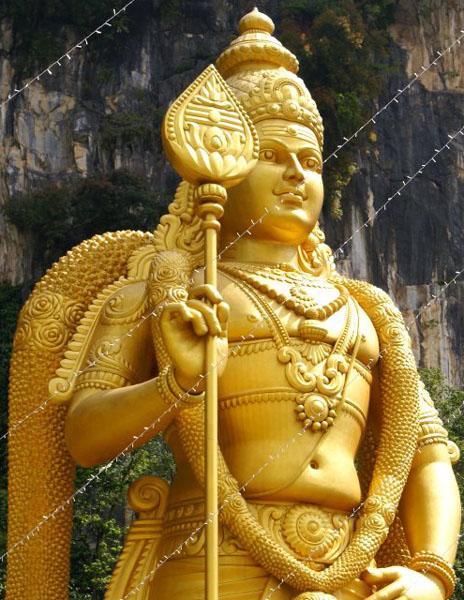 Золотая статуя у пещер Бату / Фото из Малайзии