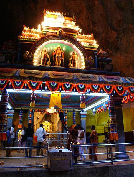 Индуистский храм внутри пещеры / Фото из Малайзии