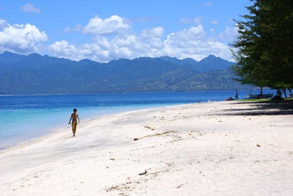 Белоснежный песок на тропическом пляже, Гили-Траванган / Фото из Малайзии