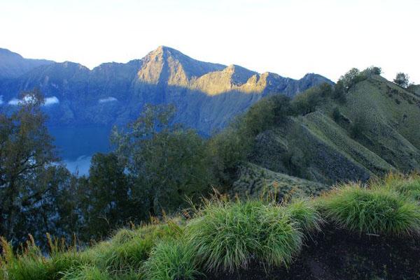 Вулкан Ринджани перед рассветом / Фото из Малайзии