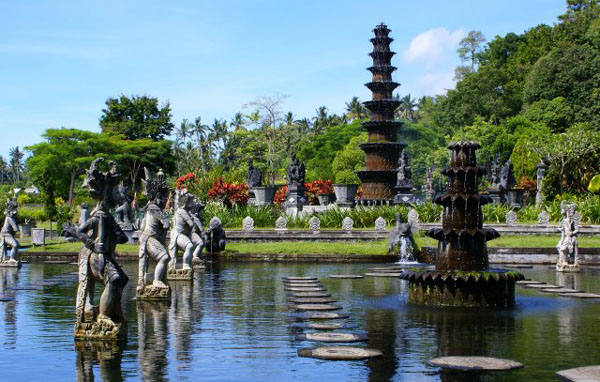 Каменные островки в водном дворце Тиртагангга / Фото из Малайзии