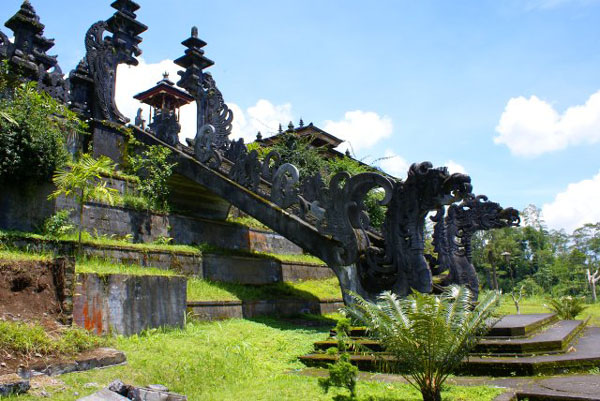 Архитектура храма Бесаких / Фото из Малайзии