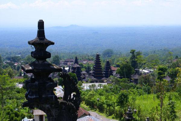 Вид из храма Бесаких  / Фото из Малайзии