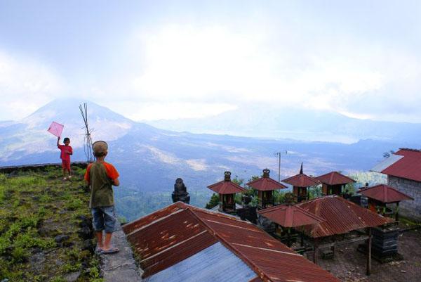 Запускание воздушного змея над вулканом / Фото из Малайзии