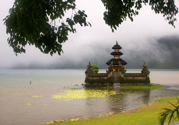 Храм на воде Pura Ulun Danau Bratan / Фото из Малайзии