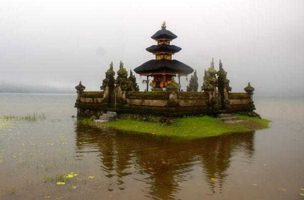 Храм Pura Ulun Danau Bratan в тумане / Фото из Малайзии