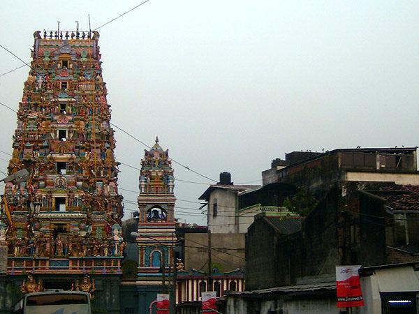 Храмы разных религий мирно уживаются в Коломбо / Фото со Шри-Ланки