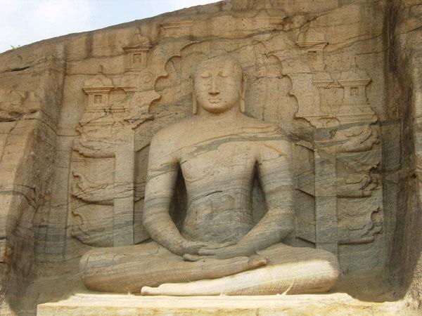 Четыре статуи Будды в различных позах высечены в гранитной скале / Фото со Шри-Ланки