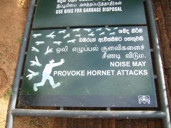 Предостерегающие туристов таблички на Сигирии / Фото со Шри-Ланки