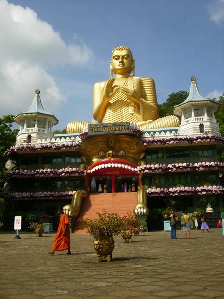 Осмотр пещерных храмов Дамбулла займет не менее часа / Фото со Шри-Ланки
