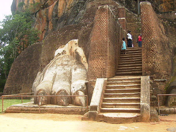 От гигантской скульптуры льва остались только лапы, Шри-Ланка / Фото со Шри-Ланки