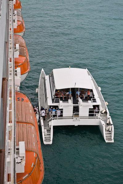 Такой катер доставляет пассажиров на берег / Фото из Мексики