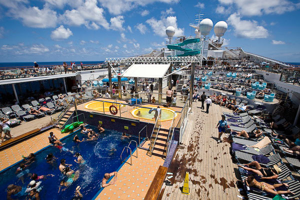 На верхней палубе лайнера Carnival Glory / Фото из Мексики