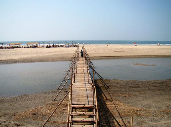 Бамбуковый мостик на пляже Мандрем, Гоа / Фото из Индии