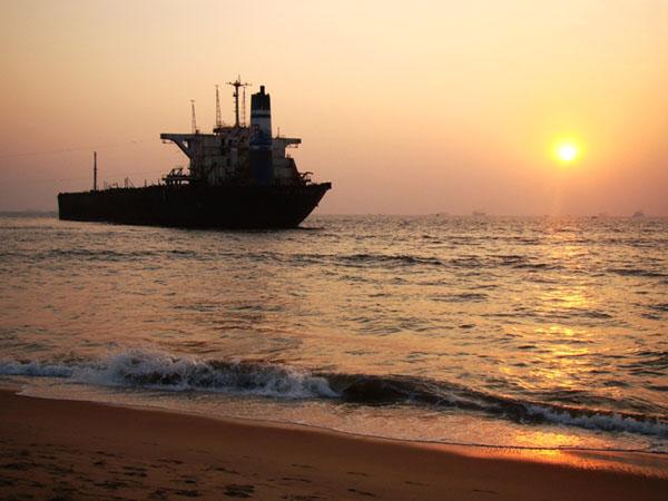 Танкер на пляже Кандолим, Гоа / Фото из Индии