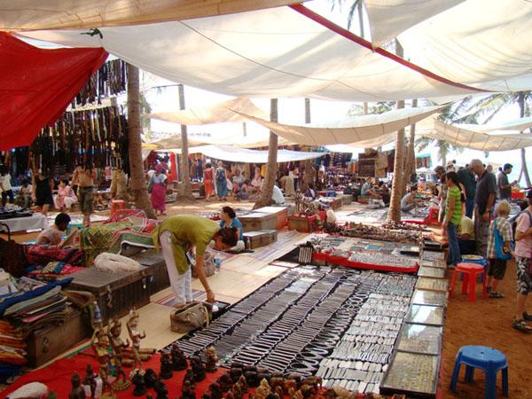 Торговые ряды на рынке в Анджуне, Гоа / Фото из Индии