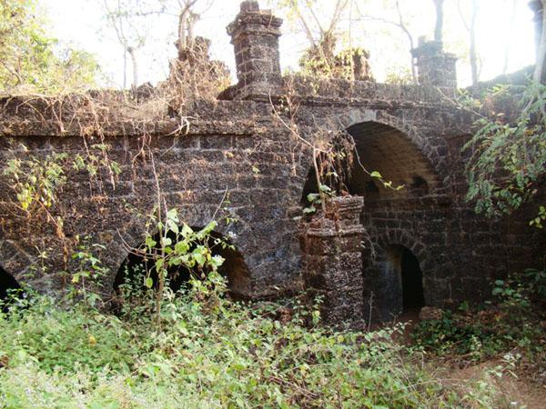 Укрепленные стены Рэди-форта в Гоа / Фото из Индии