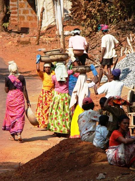 Женщины на головах носут щебень, Индия / Фото из Индии