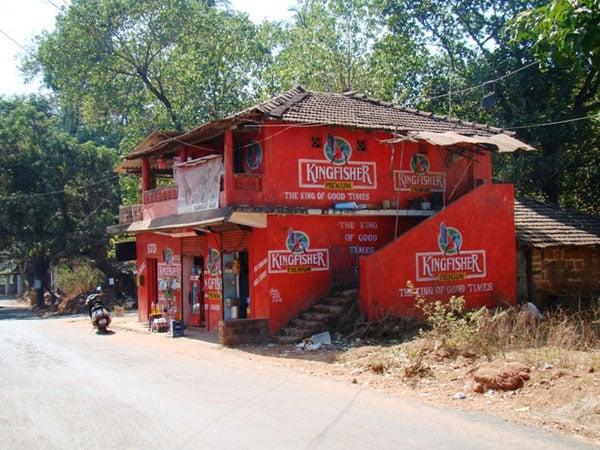 Магазинчик пива Kingfisher, Гоа / Фото из Индии