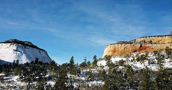 """Укутанная снегом скала и её """"мерзнущая"""" соседка, по дороге в парк Zion / Фото из США"""