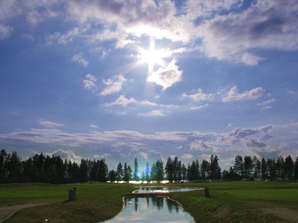 Уникальную возможность играть в гольф даже ночью предлагают гольф-поля Кайну, Holiday Club Katinkulta / Фото из Финляндии