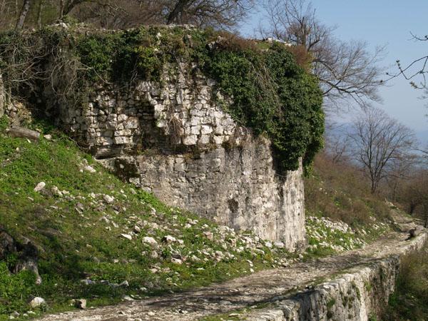 Оборонительное сооружение Анакопийской крепости, Новый Афон / Фото из Абхазии