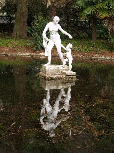Скульптура и пруд в парке, Гагра / Фото из Абхазии