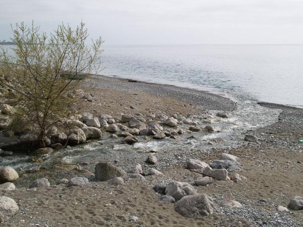 Река Цихерва впадает в Черное море, Гагра / Фото из Абхазии