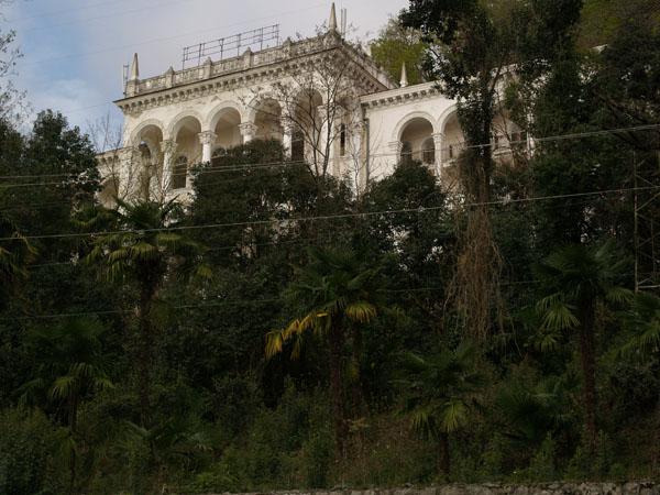 Красивое заброшенное здание в Гагре / Фото из Абхазии